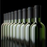 Бутылки красного вина в винном погребе или в винном магазине Стоковая Фотография