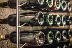 Бутылки красного вина на железной полке Стоковое Изображение