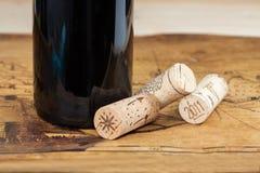 Бутылки красного вина с пробочками Стоковая Фотография