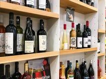 Бутылки красного и белого вина на стойке супермаркета Стоковые Фотографии RF
