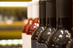 Бутылки красных и розовых вин в магазине Стоковая Фотография