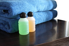 Бутылки курорта и голубое полотенце Стоковое Фото