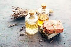 2 бутылки масла массажа и различного мыла сушат лаванду Стоковое фото RF