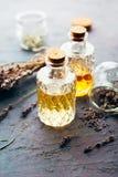 2 бутылки масла массажа и сухой лаванды Стоковые Изображения