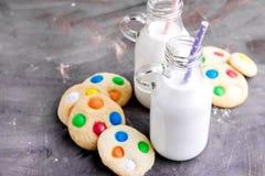2 бутылки молока с соломами и печеньями Стоковая Фотография RF