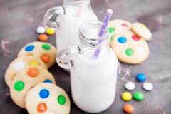 2 бутылки молока с соломами и печеньями Стоковое фото RF