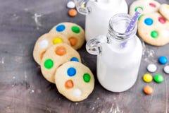 2 бутылки молока с соломами и печеньями Стоковые Изображения