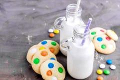 2 бутылки молока с соломами и печеньями Стоковые Фото