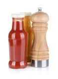 Бутылки мустарда и кетчуп стеклянные с трасучкой перца Стоковое Изображение
