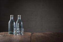 2 бутылки напитка на встречной верхней части Стоковые Фотографии RF