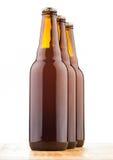 Бутылки домашнего сделанного пива на таблице Стоковое Изображение
