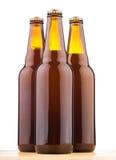 Бутылки домашнего сделанного пива на таблице Стоковые Изображения