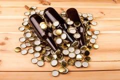 Бутылки домодельной машины крышек пива и бутылки Стоковые Фото