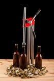 Бутылки домодельной машины пива и бутылки покрывая Стоковые Изображения RF