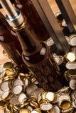 Бутылки домодельной машины пива и бутылки покрывая Стоковая Фотография RF