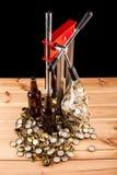 Бутылки домодельной машины пива и бутылки покрывая Стоковое Изображение RF