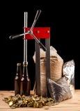Бутылки домодельной машины пива и бутылки покрывая Стоковое фото RF