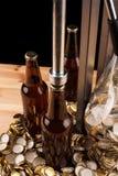 Бутылки домодельной машины пива и бутылки покрывая Стоковые Фотографии RF