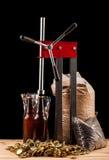 Бутылки домодельной машины пива и бутылки покрывая Стоковая Фотография