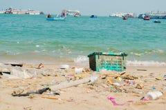 Бутылки отброса и пластмассы на пляже Стоковое Изображение