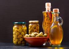 Бутылки оливкового масла и сохраненных оливок Стоковые Фото