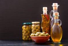 Бутылки оливкового масла и сохраненных оливок Стоковое Фото