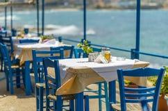 Бутылки оливкового масла и уксуса на таблице в Греции Стоковая Фотография RF