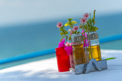Бутылки оливкового масла и уксуса на таблице в Греции Стоковое Изображение RF