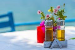 Бутылки оливкового масла и уксуса на таблице в Греции Стоковые Фотографии RF