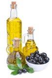 Бутылки оливкового масла и черных оливок с листьями Стоковое Изображение