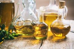 Бутылки оливкового масла на таблице Стоковое Изображение
