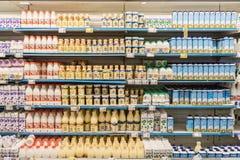 Бутылки парного молока на стойке супермаркета Стоковые Изображения RF
