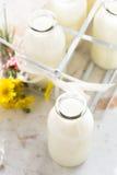Бутылки парного молока Стоковые Фото