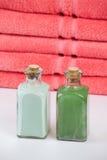 2 бутылки перед полотенцами Стоковые Изображения RF