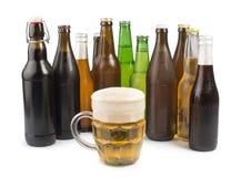 Бутылки пива и кружки пива. Стоковая Фотография RF