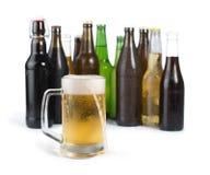 Бутылки пива и кружки пива. Стоковые Фото