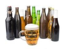 Бутылки пива и кружки пива. Стоковые Изображения
