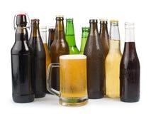 Бутылки пива и кружки пива. Стоковое Изображение