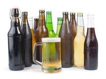 Бутылки пива и кружки пива. Стоковое фото RF