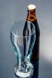 2 бутылки пива и пустого стекла на a Стоковые Фотографии RF