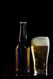 Бутылки пива и стекла получая холодный на черной предпосылке Стоковые Фото