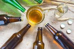 Бутылки пива, кружки пива и пшеницы на увольнении Стоковая Фотография