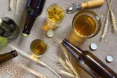 Бутылки пива, кружки пива и пшеницы на увольнении Стоковые Изображения