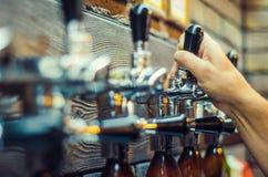 бутылки пива предпосылки красят нежный померанцовый сфотографированный желтый цвет студии Стоковые Фотографии RF