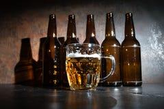 бутылки пива предпосылки красят нежный померанцовый сфотографированный желтый цвет студии Стоковые Изображения