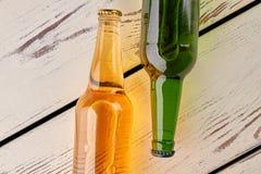 2 бутылки пива, старые доски Стоковое Изображение