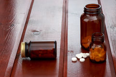 Бутылки пилюлек Брайна и куча белых пилюлек Стоковые Изображения RF
