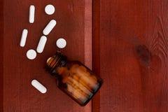 Бутылки пилюлек Брайна и куча белых пилюлек Стоковая Фотография