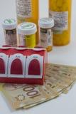 Бутылки пилюльки на канадских деньгах Стоковая Фотография RF