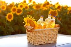 3 бутылки подсолнечного масла в плетеной корзине Стоковые Изображения
